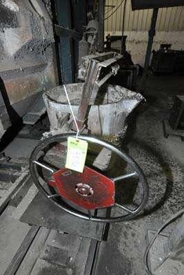 Picture of Modern Equipment MEC-650 Hand-Wheel Tilting Transfer Ladle for Molten Aluminum Alloys For Sale DCMP-3896